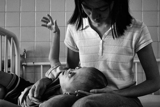 majka drži bolesno dijete